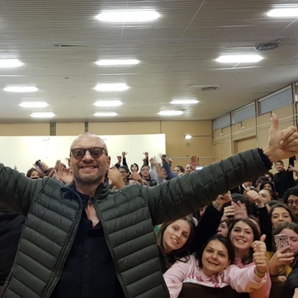 """Biagio Antonacci agli studenti di Bari: """"Non fatevi fregare i sogni"""""""