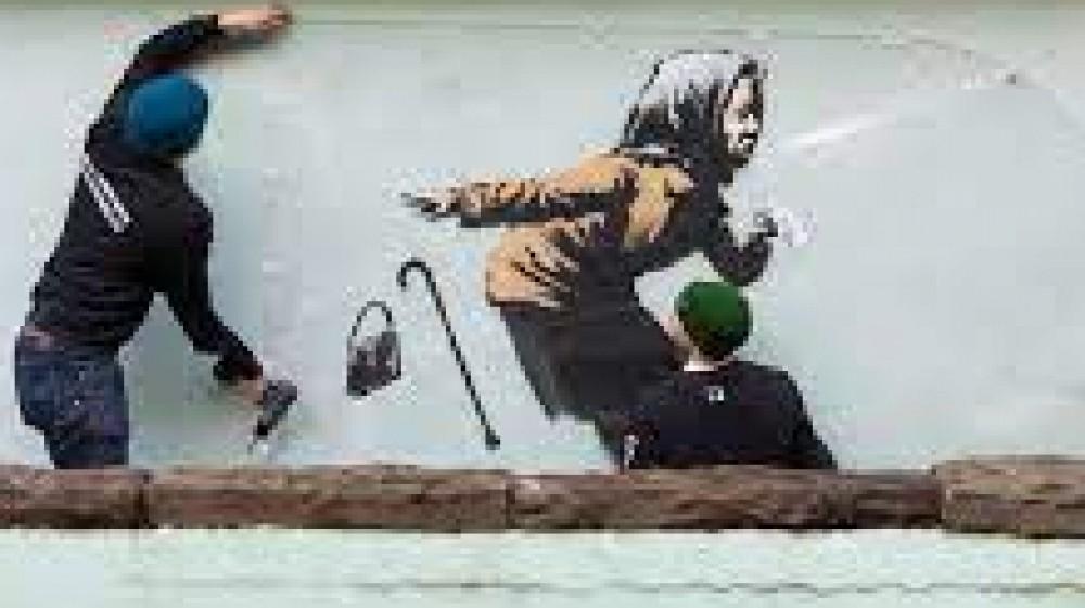 Il mito dell'artista di strada che riesce da 25 anni a nascondere la sua identità, si firma Banksy ma nessuno sa chi è