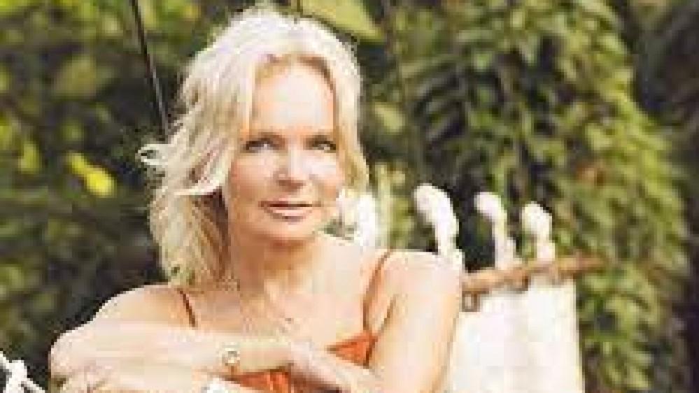 Addio a Lucinda Riley, la regina del romanzo rosa è morta, all'età di 55 anni, a causa del cancro