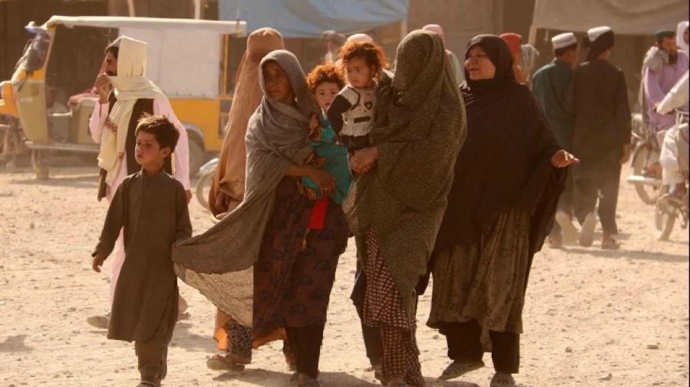 Afghanistan, le madri disperate che passano i bambini ai soldati occidentali in aeroporto. Le proteste degli afghani e gli spari dei talebani