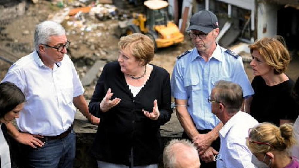 """Angela Merkel sui luoghi del disastro, """"immagini spettrali"""". Promette aiuti rapidi e chiede più impegno sul clima"""