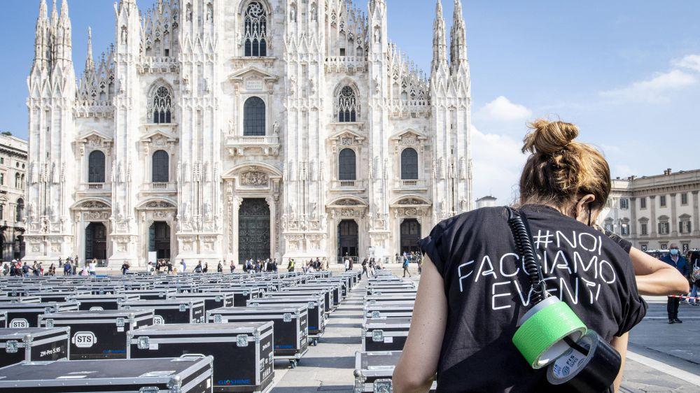 Antonacci, Nannini e Ramazzotti tra gli artisti che hanno condiviso l'immagine dei 500 bauli neri dei lavoratori dello spettacolo in piazza Duomo di Milano