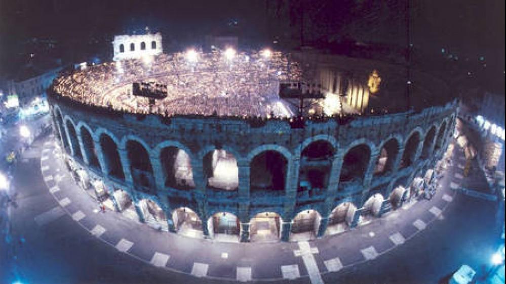 Applausi a scena aperta per la nuova Traviata all'Arena di Verona. Tra belle époque e ritratti di signora