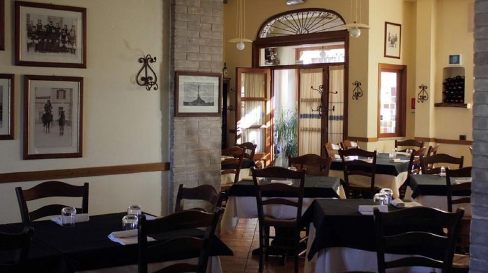 Bar e ristoranti hanno riaperto gli spazi all'interno, ma resta il limite massimo di quattro persone per tavolo