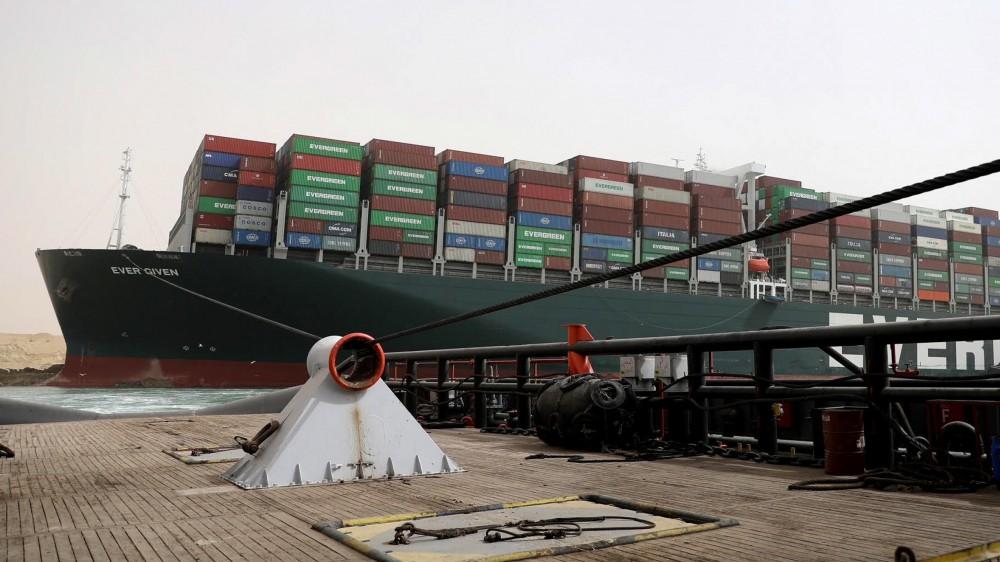 Canale di Suez, la navigazione è momentaneamente sospesa, estreme difficoltà per rimuovere la nave che lo blocca