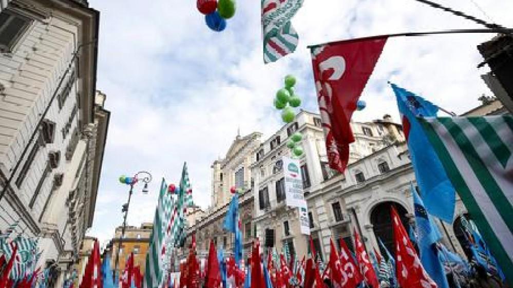Cgil, Cisl e Uil in piazza contro la scadenza del blocco dei licenziamenti