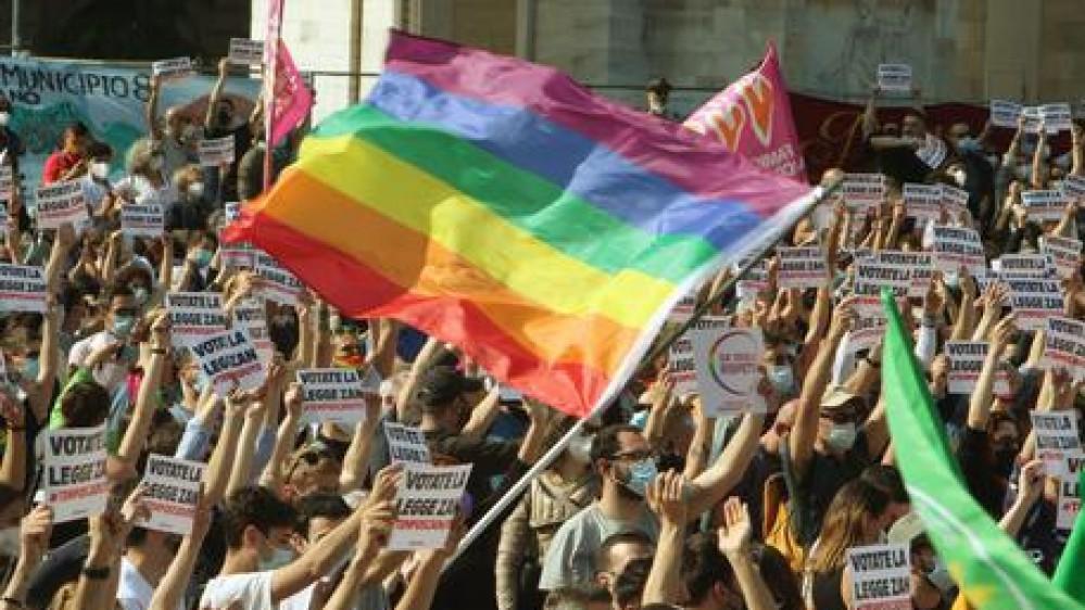 Coppia gay aggredita a Palermo da una baby gang, i due giovani insultati perchè si tenevano per mano