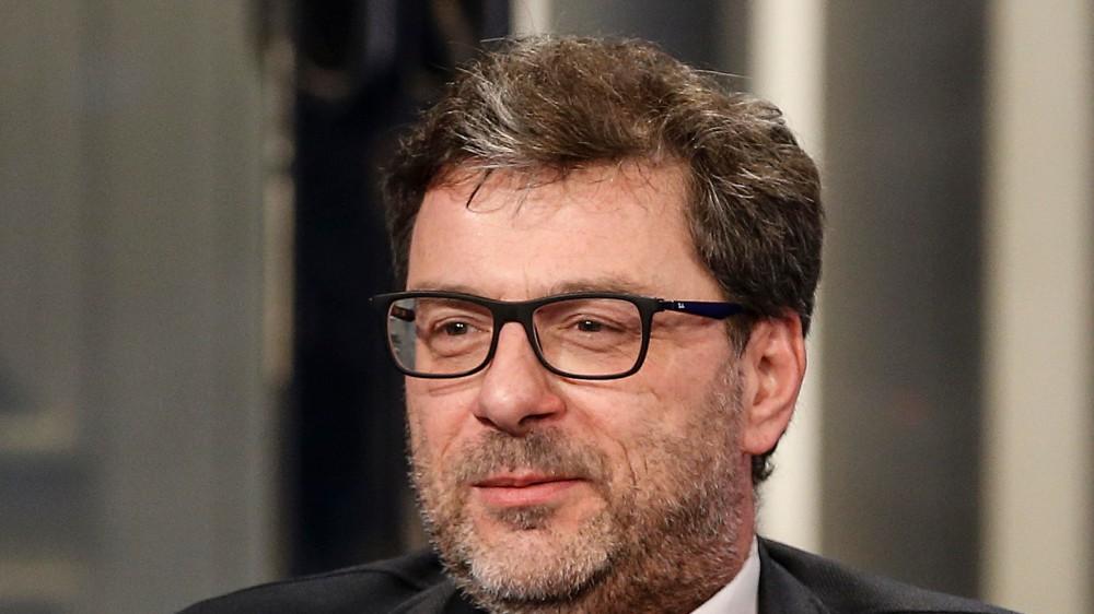 Covid, dal governo il ministro Giorgetti (Lega) propone il green pass per riaprire anche le discoteche