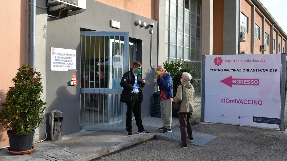 Covid, migliora la situazione in Italia. Fondazione Gimbe, da cinque settimane i casi continuano a scendere