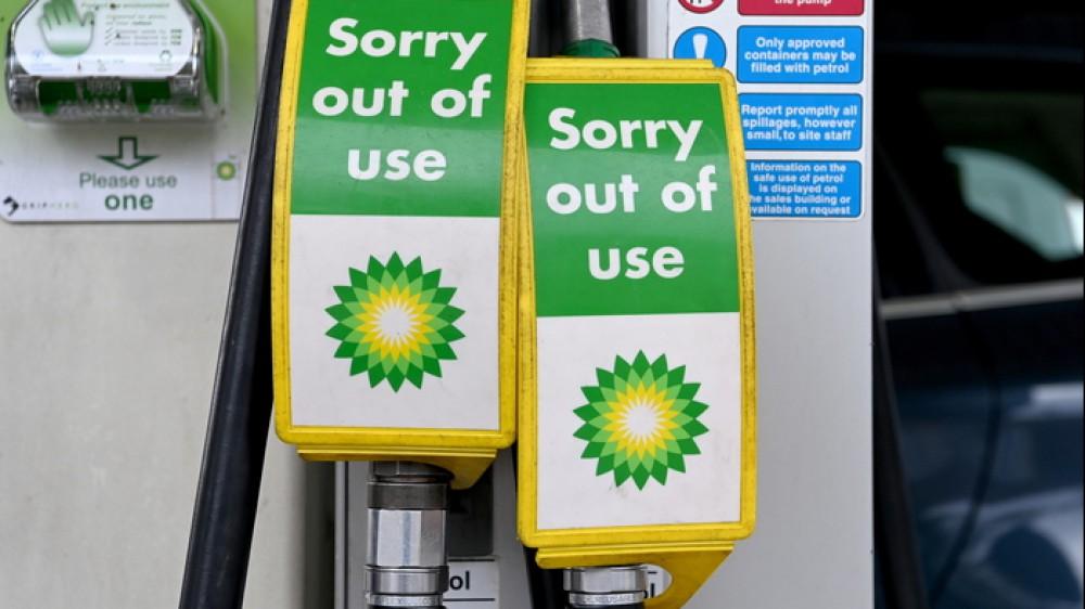 Crisi della benzina in Gran Bretagna, il governo esclude l'intervento dell'esercito, sospesa la legge sulla concorrenza