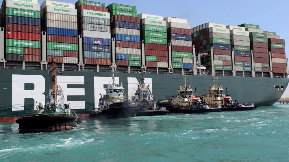 Disincagliata la nave portacontainer Ever Given, bloccata da giorni nel Canale di Suez, ancora in corso le operazioni