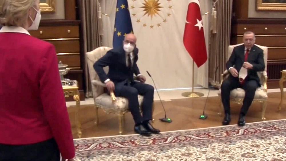 Erdogan e Michel seduti e von der Leyen in piedi durante la visita in Turchia, il video scatena le polemiche
