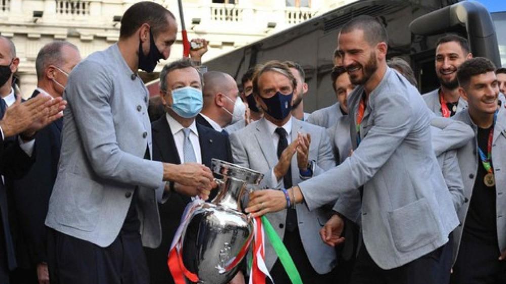 Europei, la Coppa e gli Azzurri a spasso per Roma, festa fra Quirinale e Palazzo Chigi con Mattarella e Draghi