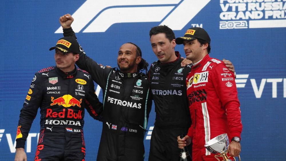 F1, Lewis Hamilton vince il Gran Premio di Russia, secondo Verstappen, terza la Ferrari di Sainz