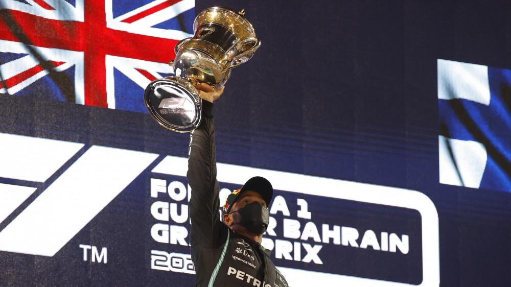 Formula 1, Lewis Hamilton su Mercedes vince il Gran Premio del Bahrain davanti alla Red Bull di Verstappen