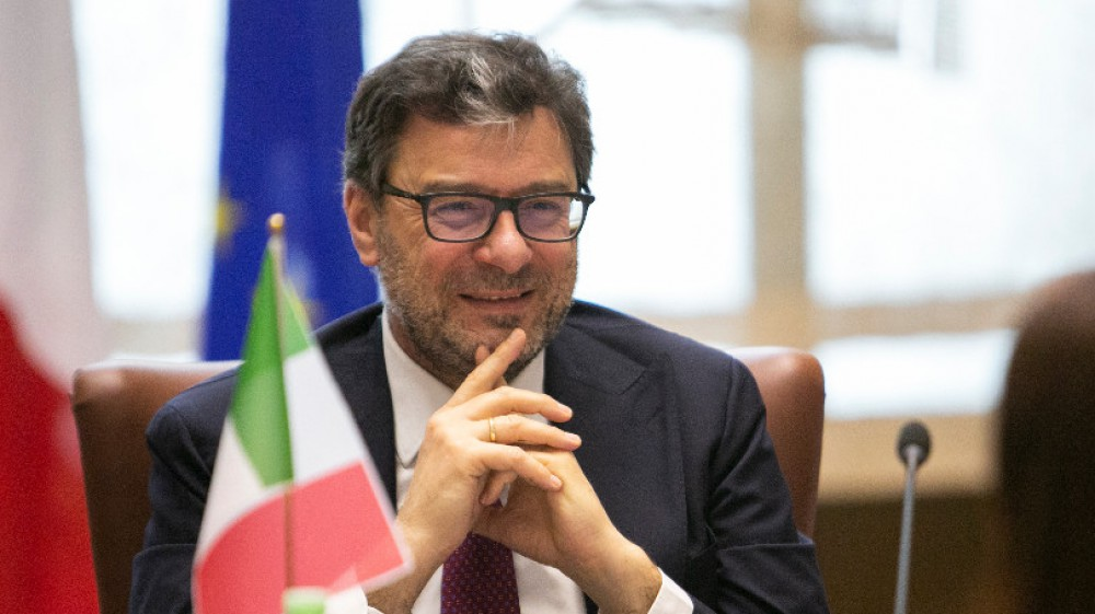 Giorgetti promuove il green pass: è libertà; Landini replica: meglio l'obbligo vaccinale per tutti