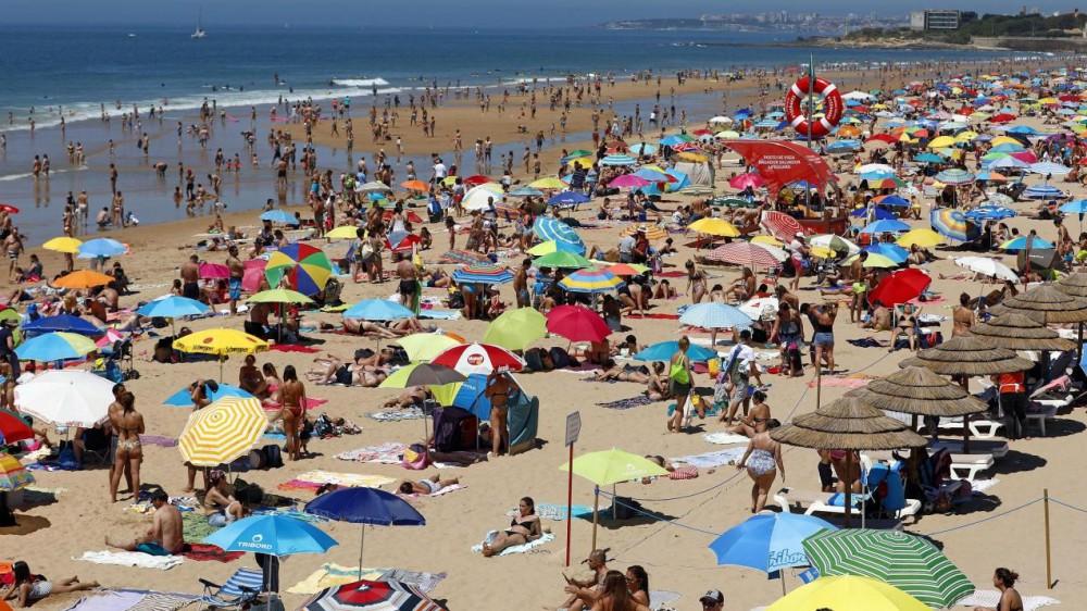 Gli italiani e la voglia di vacanza, oltre uno su due è pronto a partire; le mete soprattutto italiane e il mare