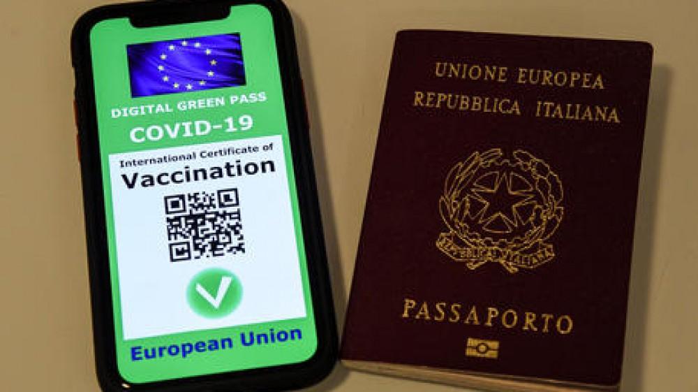 Green pass, i controlli dei documenti d'identità solo in caso di certificati falsi. Avanti tutta vaccini per giovani, il nodo over 50