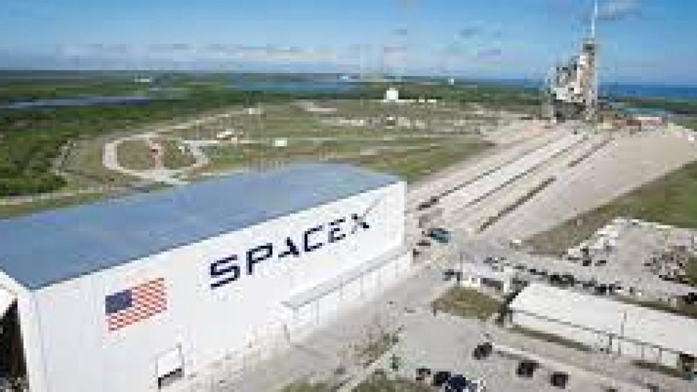 Guerre stellari,  Bezos versus Elon Musk, i due uomini più ricchi del pianeta si sfidano ancora nello spazio