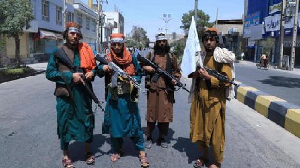 Il blitz dei talebani casa per casa. Lacrimogeni sparati sulla folla all'aeroporto di Kabul