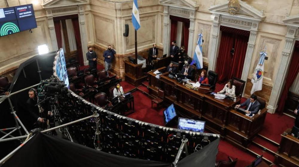 """In Argentina , sui documenti arriva la X, varata la legge per definirsi """"neutri"""", è l'alternativa alla M e alla F"""