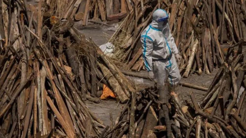 India al collasso per l'epidemia di coronavirus, manca l'ossigeno e medicine per curare i malati, arrivati i primi aiuti internazionali