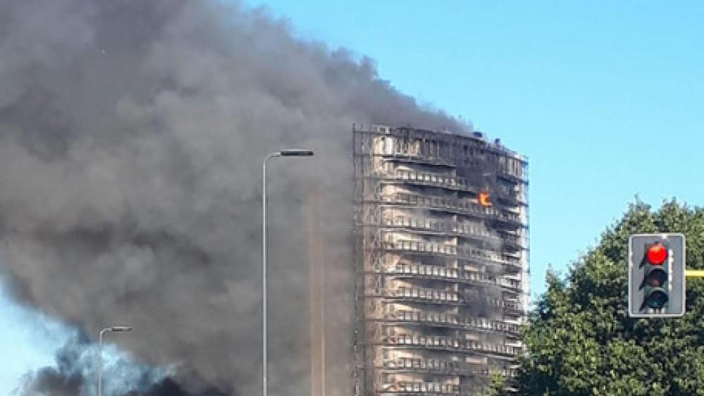 Inferno di fuoco a Milano, brucia un palazzo di 15 piani, tutto l'edificio avvolto dalle fiamme