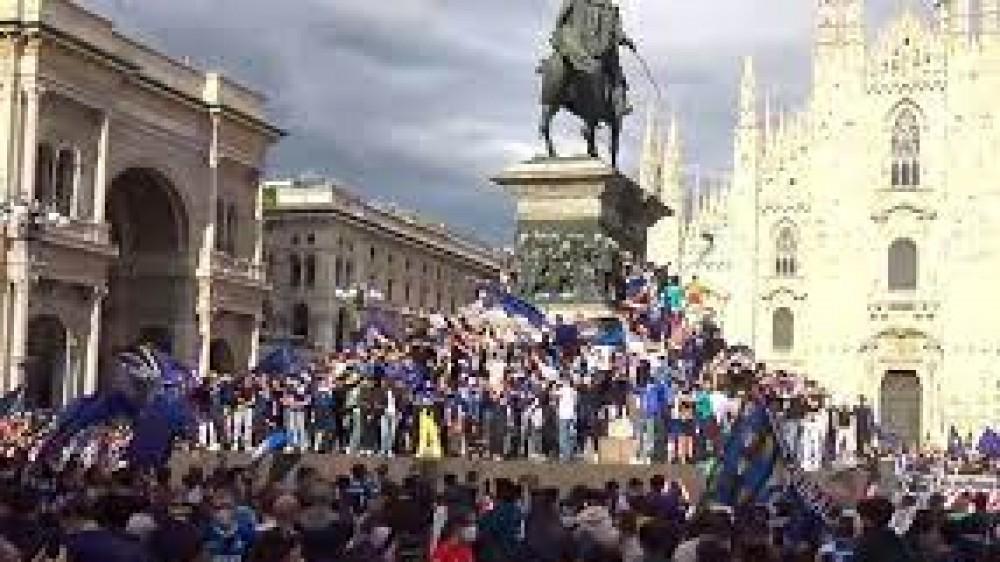 Inter Campione d'Italia, festeggiamenti  in Piazza Duomo a Milano dopo la vittoria dello scudetto