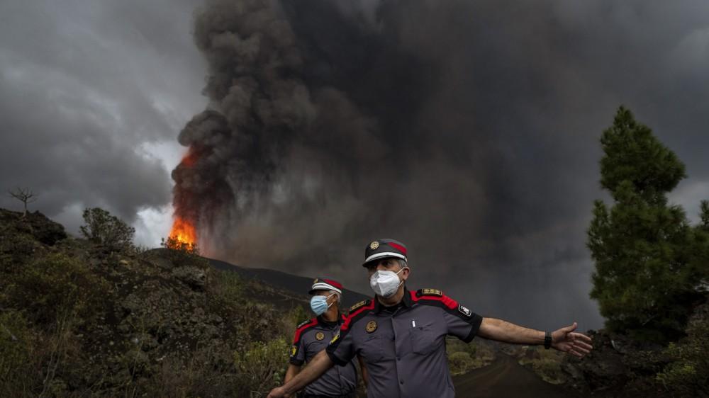 """Isole Canarie, in mare la lava del vulcano, paura per i gas nocivi, appello alla popolazione : """"chiudetevi in casa"""""""