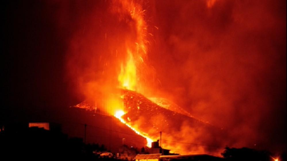 La Palma: il vulcano non si ferma, 8 giorni di eruzioni nell'isola delle Canarie. Chiuso l'aeroporto