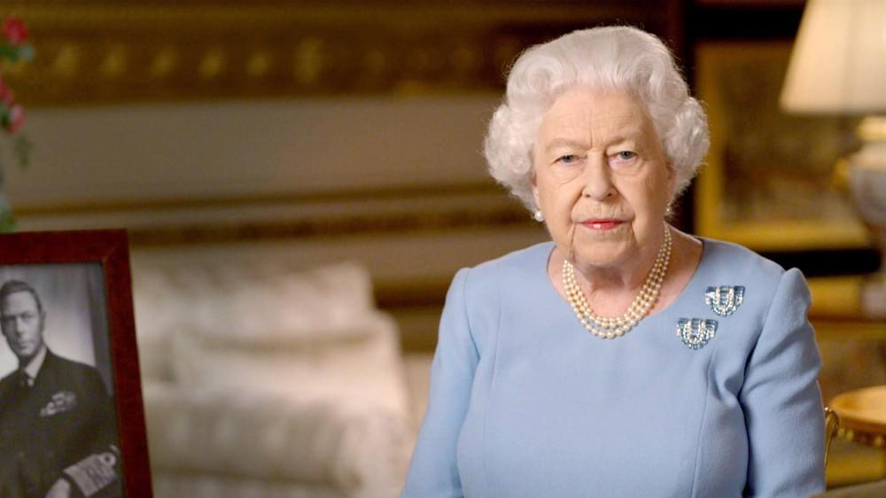 La regina Elisabetta sente un vuoto enorme dopo la morte di Filippo; lo ha riferito il principe Andrea