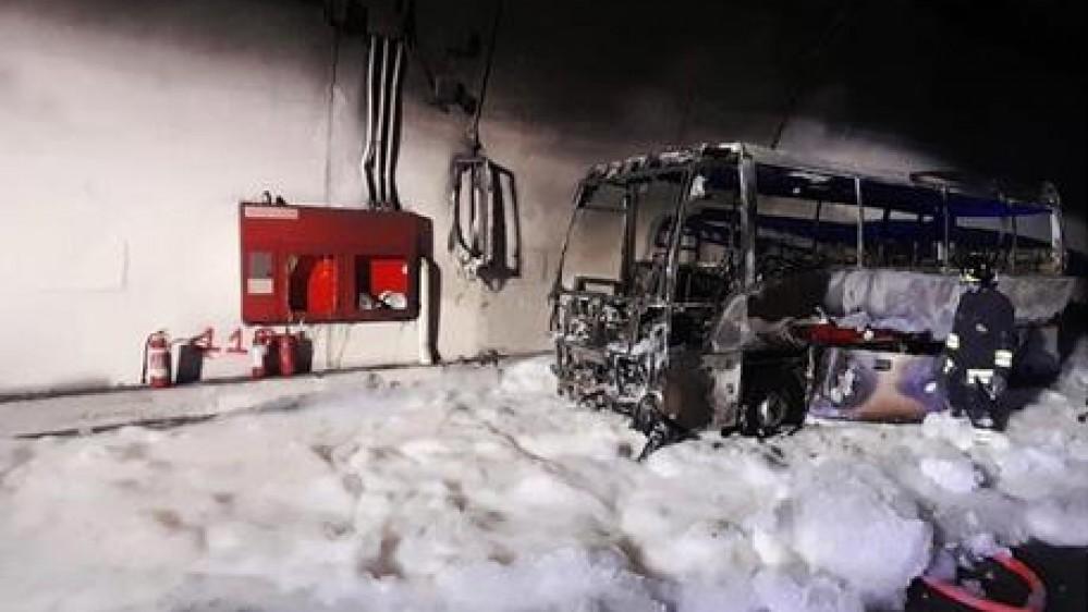 L'autobus prende fuoco in galleria, autista eroe (della Croce Rossa) salva 25 bambini, sette in ospedale