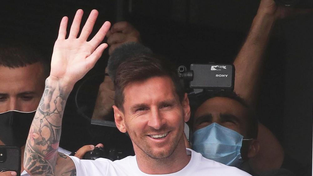Lionel Messi è a Parigi, visite mediche e la firma del contratto con il PSG. Domani alle 11 la presentazione