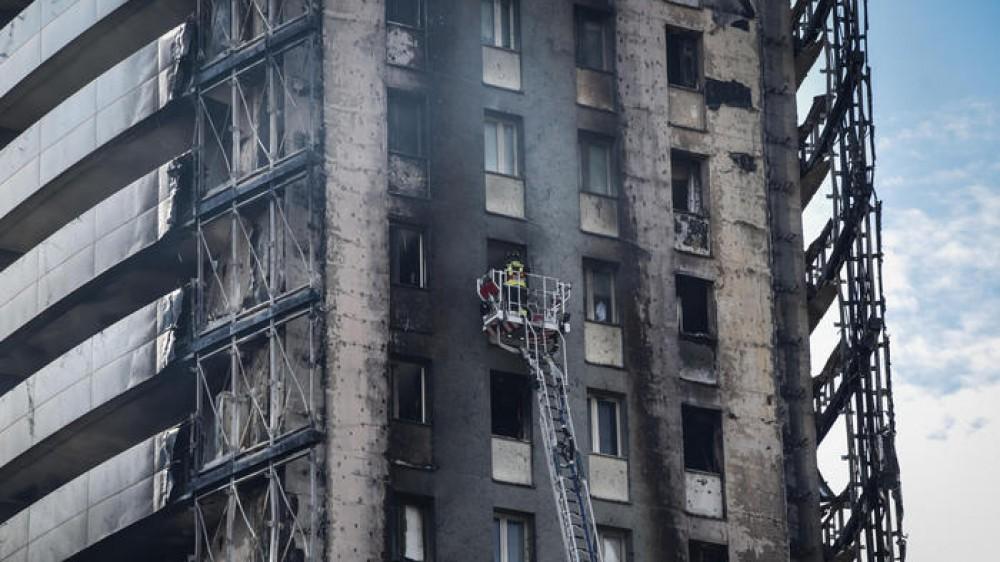 Milano: perquisizioni per fare luce sull'incendio del grattacielo, sotto accusa i pannelli esterni