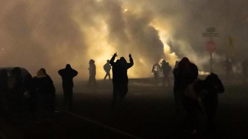 Minneapolis, scontri e tensioni dopo l'uccisione di Daunte Wright da parte della polizia, decine di arresti tra i manifestanti