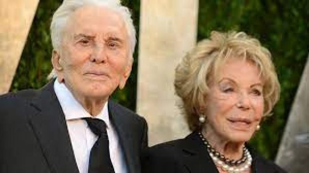 Morta a 102 anni, negli Stati Uniti, la moglie di Kirk Douglas, sposò la leggenda di Hollywood nel 1954
