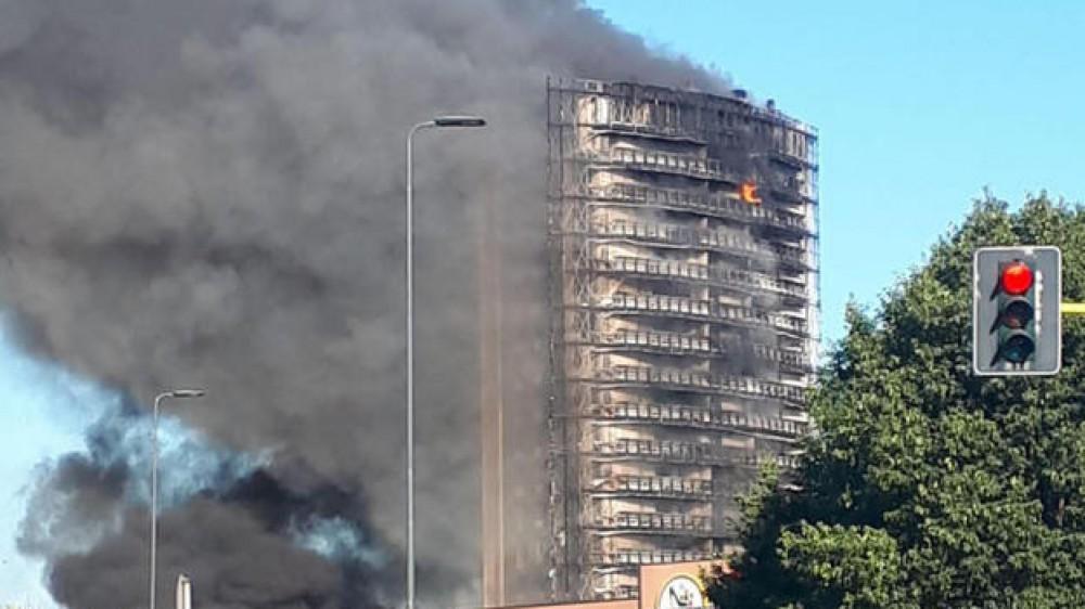 Nessun rischio di crollo per il grattacielo andato a fuoco a Milano, si indaga sul materiale della facciata