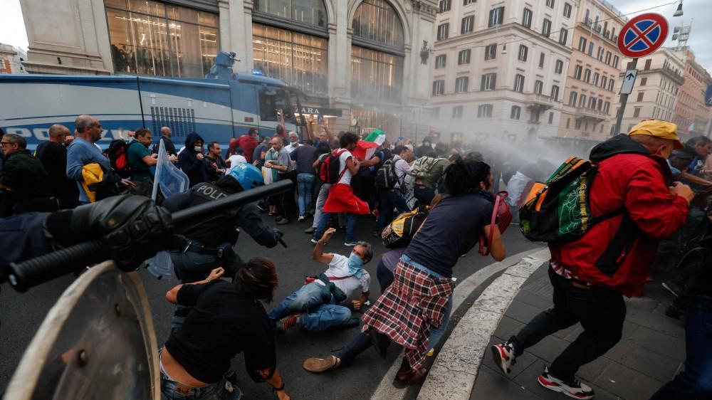 No green pass. Tensioni e scontri alla manifestazione di Roma. Proteste anche a Milano. Feriti e fermi