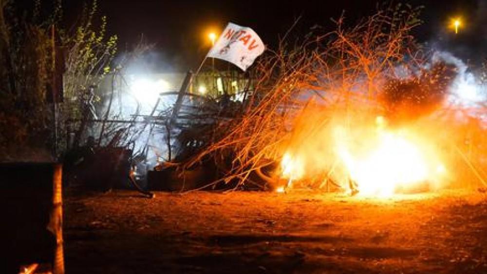 No Tav  di nuovo sulle barricate , scontri nella notte in Val di Susa tra manifestanti e forze dell'ordine