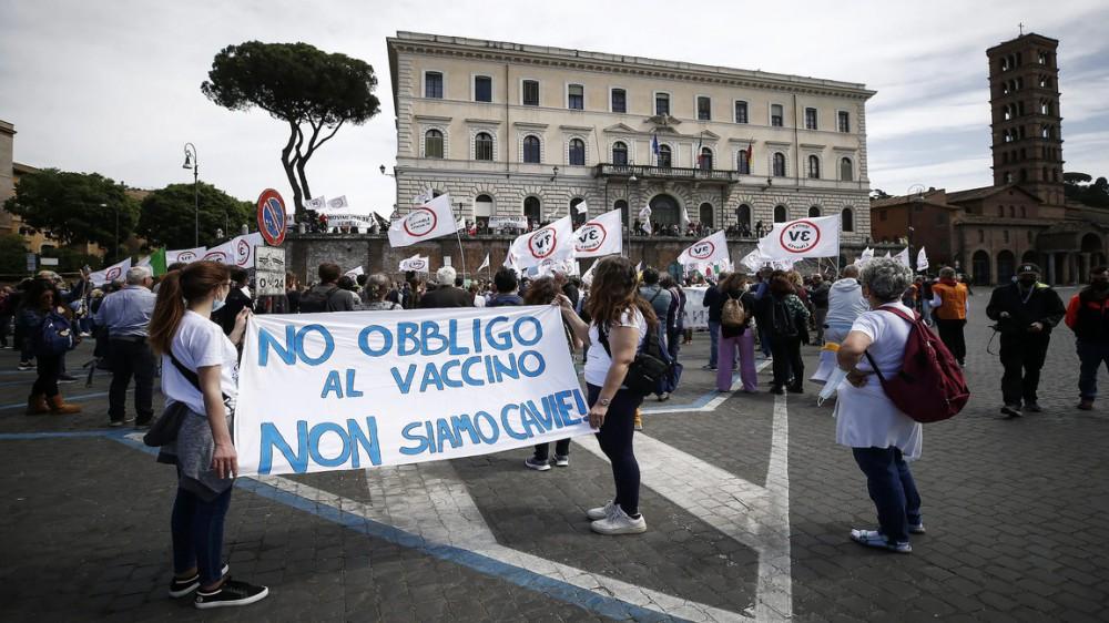 No Vax pronti a manifestare anche con le armi a Roma, blitz della polizia con perquisizioni in tutt'Italia
