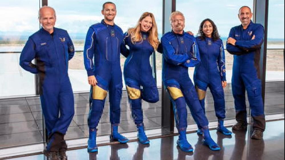 Richard Branson inaugura il turismo spaziale: il volo del miliardario inglese che ha battuto Jeff Bezos