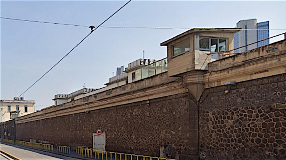 Rocambolesco tentativo di evasione a Poggioreale, un detenuto rimane incastrato in un tombino