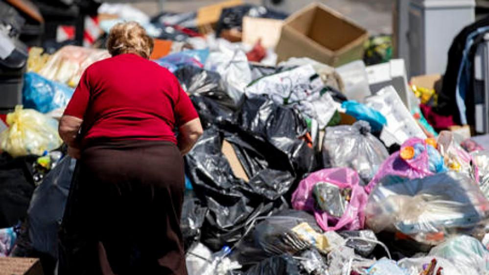 Roma, emergenza rifiuti, la spazzatura della Capitale andrà in cinque regioni; salva la stagione estiva