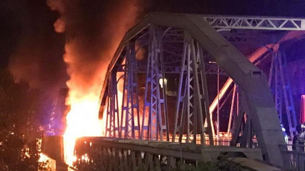 Roma, le fiamme hanno distrutto parte del Ponte di ferro. Nessun ferito, indagini su bombole del gas