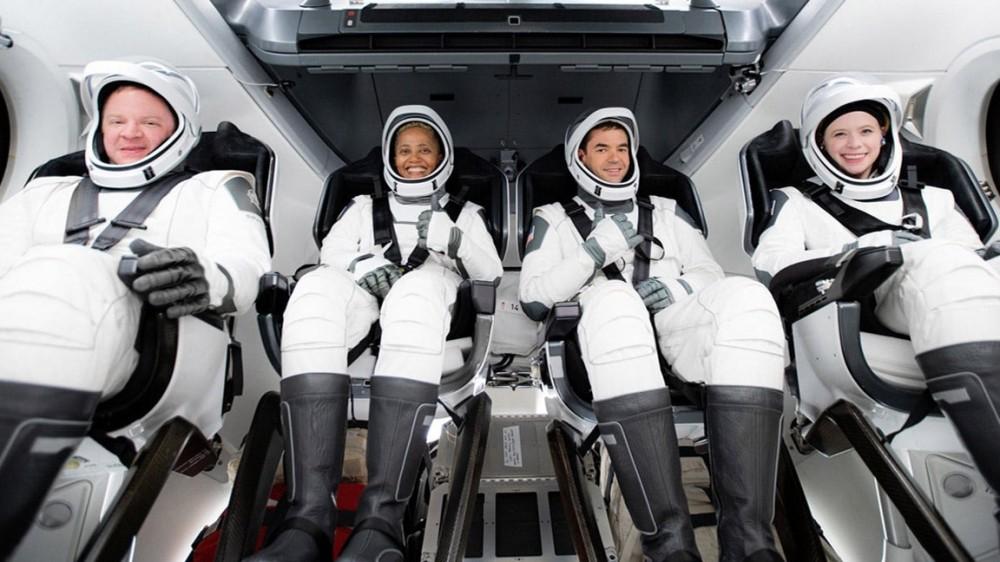 SpaceX, partita la navicella con a bordo un equipaggio di soli civili, senza astronauti professionisti