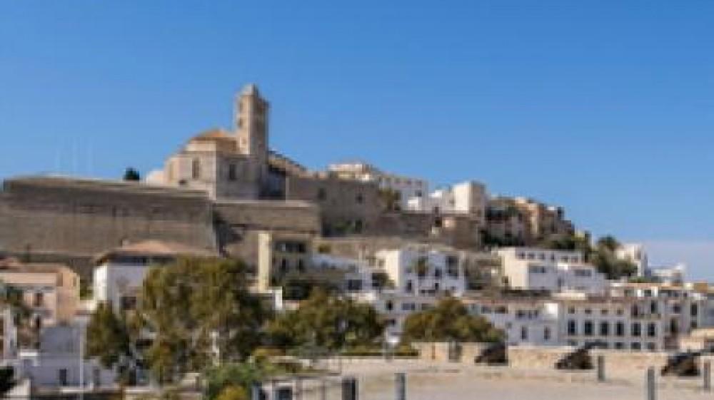 Sparatoria a Ibiza, feriti due italiani, uno è  grave, caccia all'aggressore, un connazionale