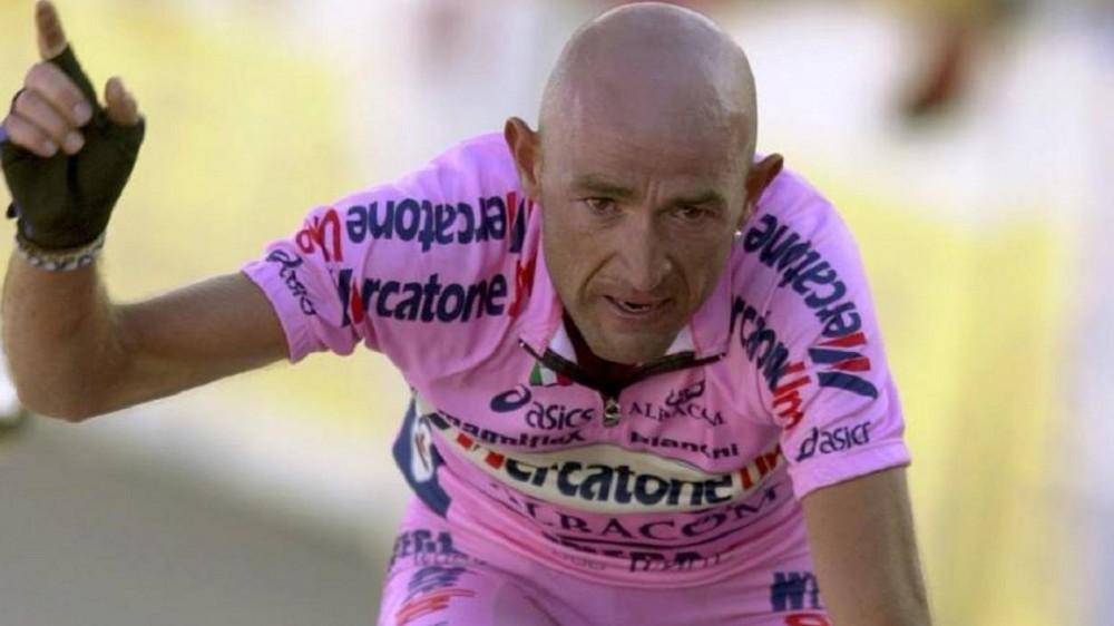 Storia di Marco Pantani, dai trionfi in bicicletta alla cocaina, fino alla morte avvolta dal mistero