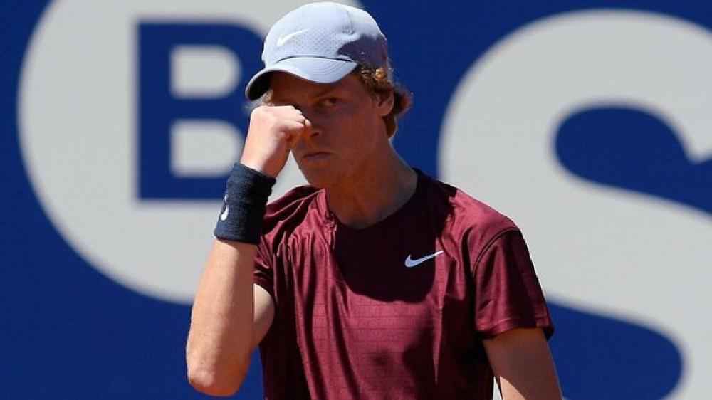 Tennis, sfuma il sogno di Sinner a Barcellona, eliminato in semifinale 6-3 6-3 dal greco Tsitsipas