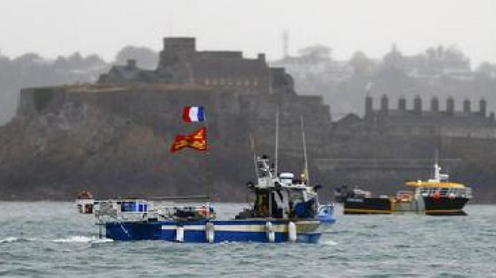 Tensioni sulla pesca all'isola di Jersey nella Manica, Londra manda due navi da guerra contro i pescherecci francesi
