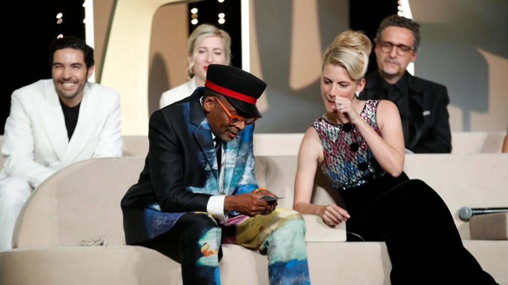 Titane della francese Julia Ducournau vince la Palma d'oro al Festival di Cannes. Gaffes di Spike Lee che annuncia in anticipo il vincitore